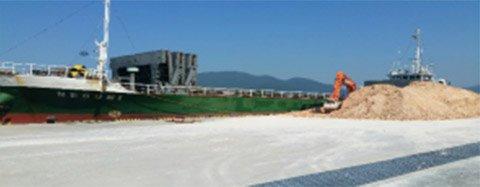 積み出し港(韓国・三千浦港)岸壁貯蔵スペースあり。
